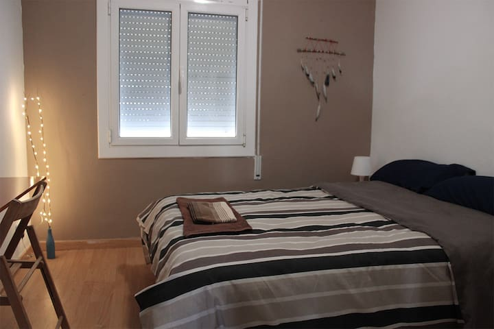 Cozy bedroom near transport - Sabadell - Daire