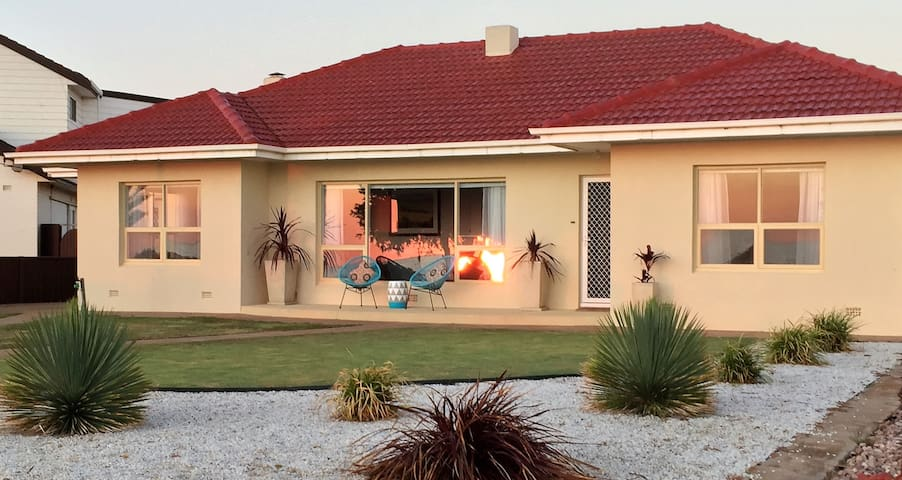 """""""Jewel of the South"""" Beachside Holiday Home"""