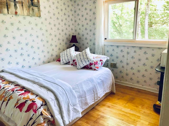 Cosy Private 1st Level Bedroom in Halifax