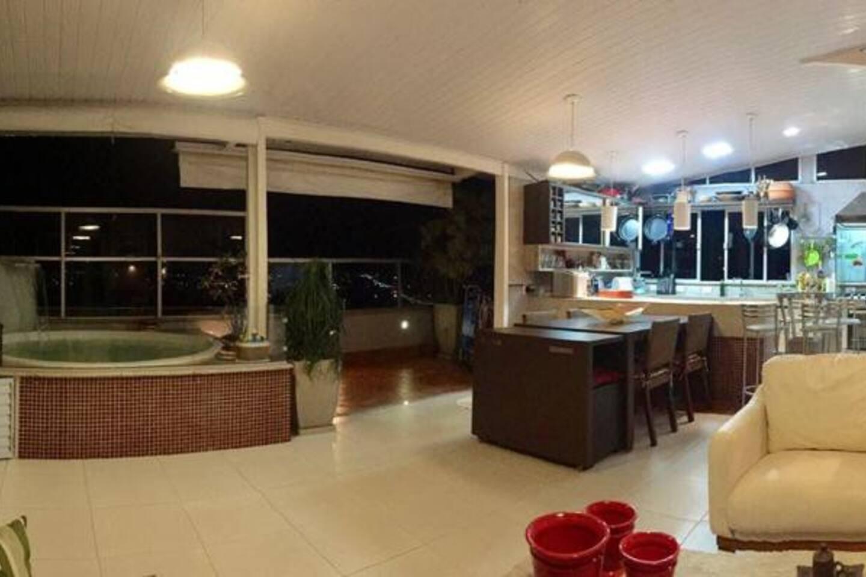 Cozinha gourmet e jacuzzi no segundo piso