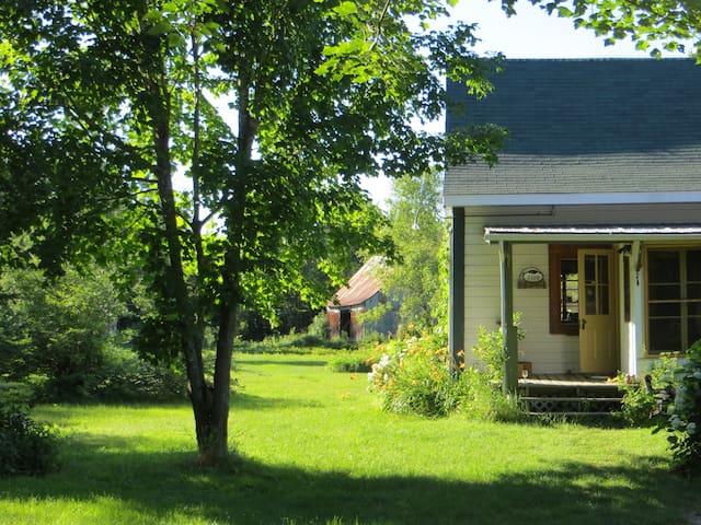 Maison ancestrale sur fermette pour séjour cool - Saint-Étienne-Des-Grès - Chalé