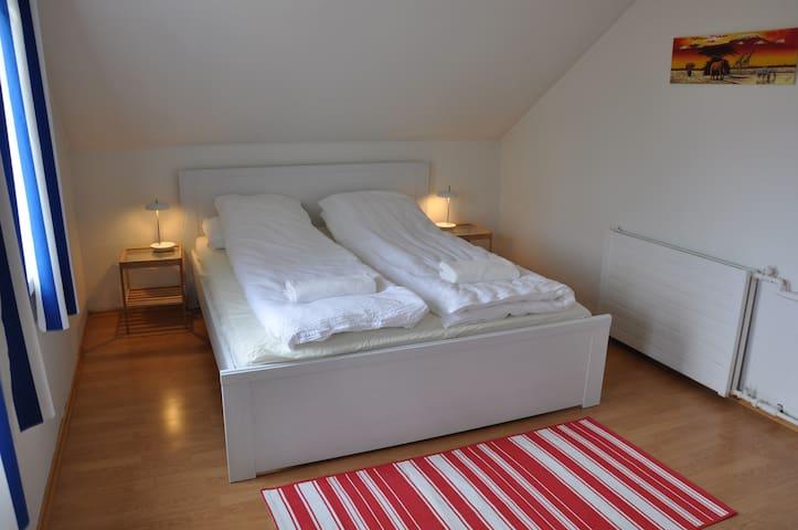 Budget room for 4 in cozy house. - Eskifjörður - Rumah