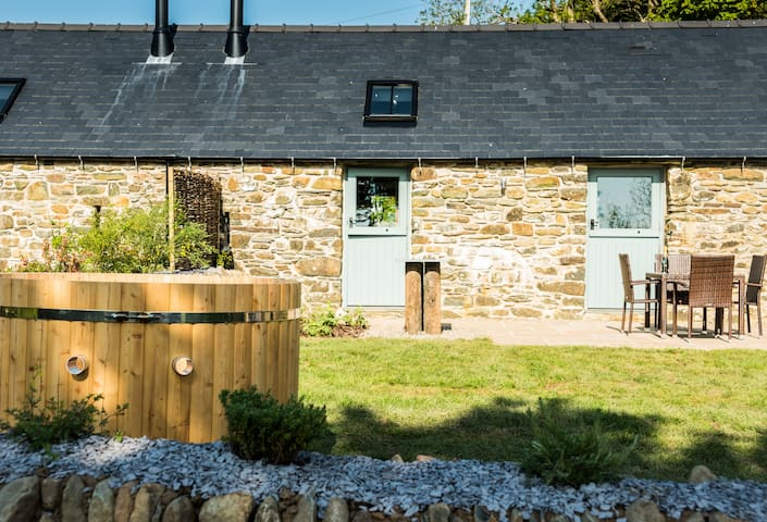 Byre - beautiful barn conversion with Hot Tub