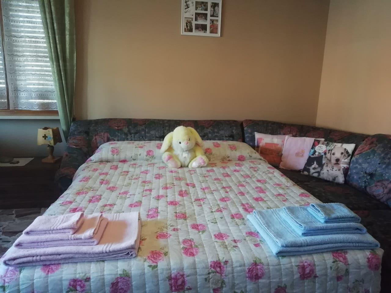 il letto, incastrato nel divano, comodissimo
