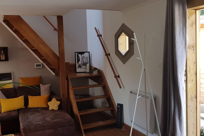 Le salon & l'escalier qui mène à l'étage