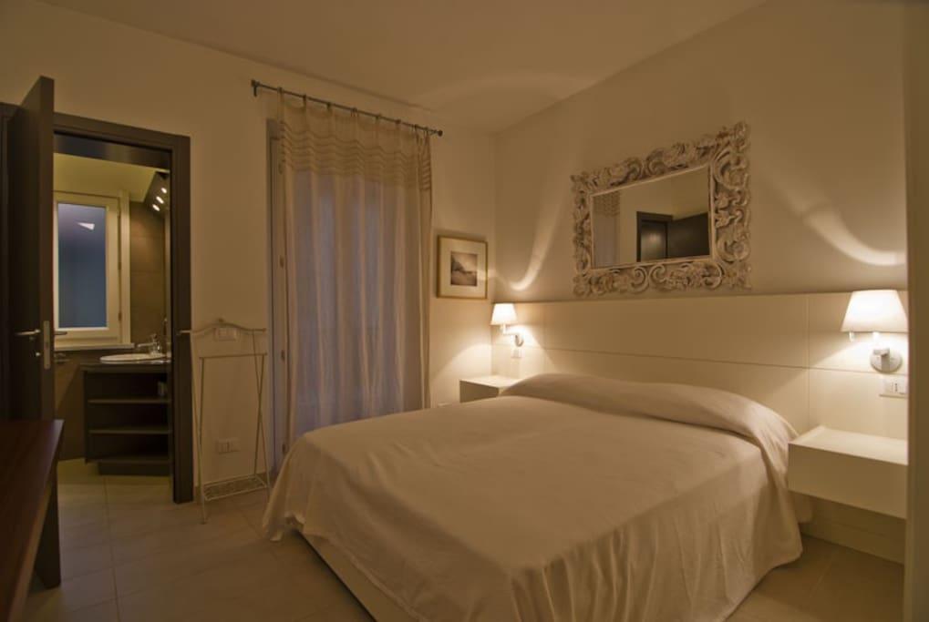 Camera con letto matrimoniale kingsize, accesso al balcone e bagno privato