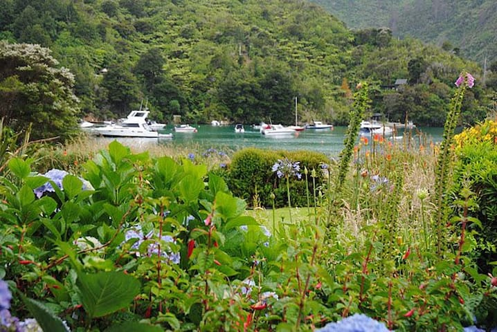 Lochmara Bay Waterfront Bach