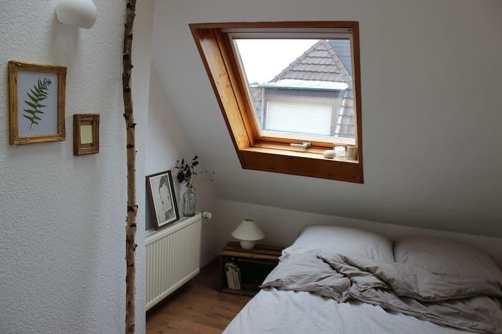 Gemütliches Dachgeschoss, gute Anbindung nach Köln