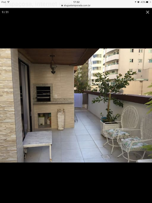 Espaço da varanda com churrasqueira
