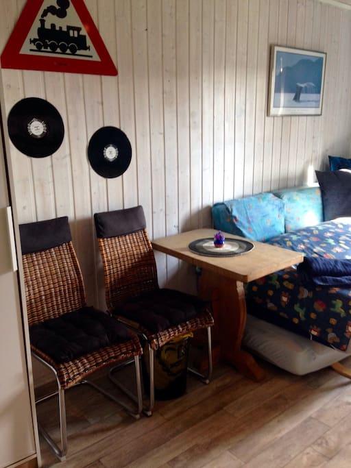 2  stoler og bord.