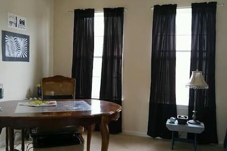 Comfy Room, Quiet Area, Minutes to Amenities! - Howell