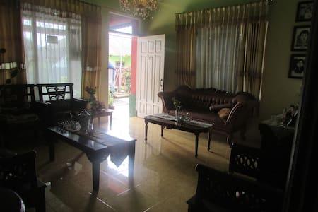 Ughi & Illa Homestay - Haus