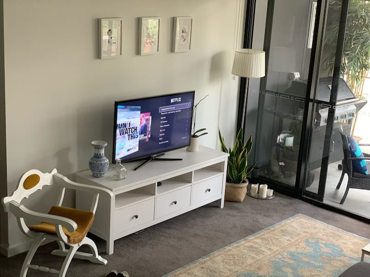 Cosy apartment with parking 10 min drive to city.