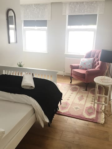 "Shoreditch Double Room ""Amber"" 2min to Train"