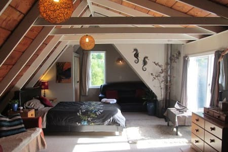 Big Sky Retreat (Country Home, private guest loft) - Oropi - Loteng