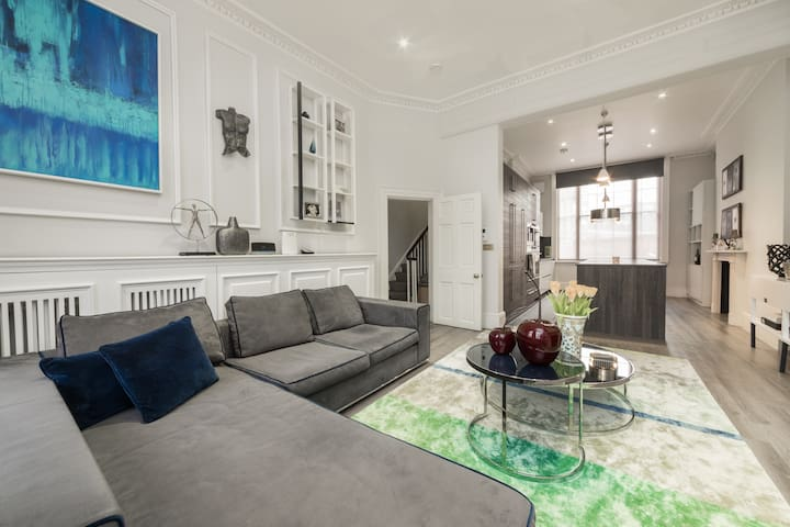 Spacious room in central London townhouse