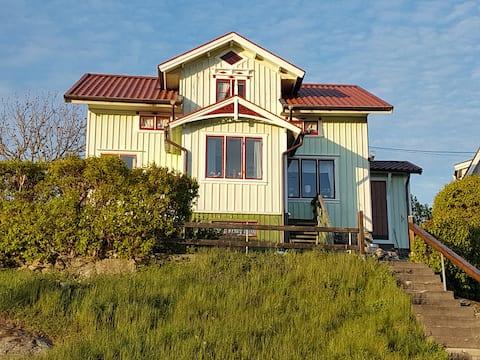 Charmigt hus på Asperö i Göteborgs södra skärgård.