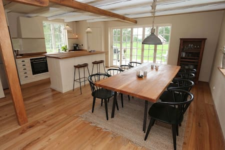 Nyrenoverat hus vid egen sjö - fiska Regnbågslax