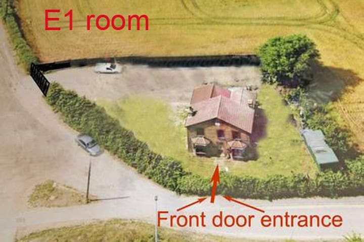 Green farm house Room + Free WiFi / Parking E1