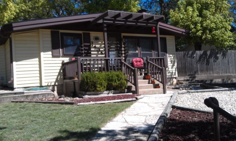 Cozy cottage charm,right in Kerrville! - Kerrville