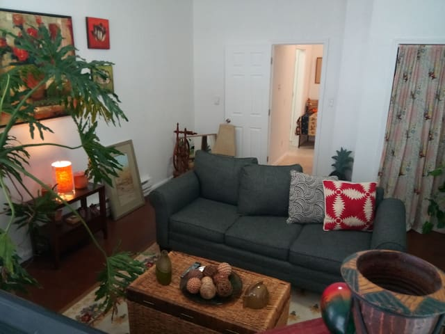Hip Eclectic Flat Minutes From Downtown
