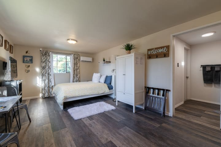 Cozy, Airy Guest House steps from Old Town Lincoln