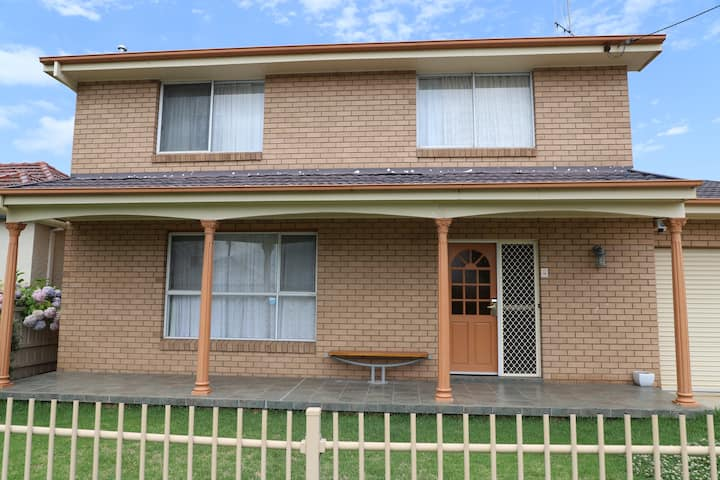 4 Bedroom House. Best Western Plus Goulburn.