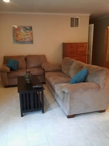 Spacious Apt. W/Upscale Elements. NYC Bus Nearby!!