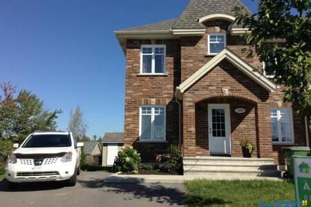 Chaleureuse maison de ville - Sherbrooke - Αρχοντικό