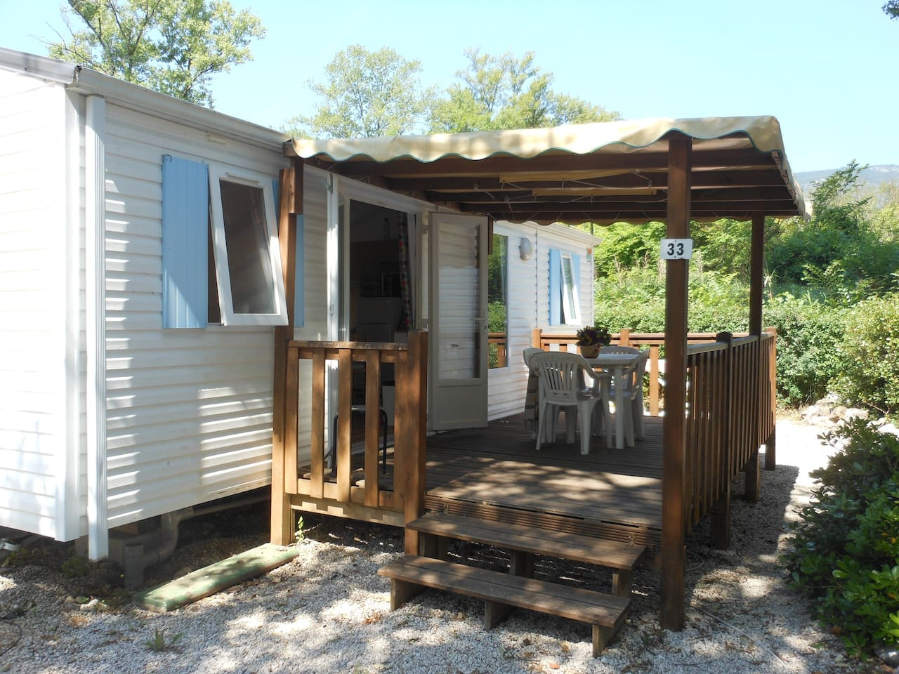 4/6 berth mobile home 20 minutes from Nice or Antibes. Situated in a valley surrounded by beautiful hills.