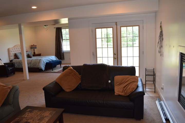 Large studio apartment on 20 acre gated horse farm