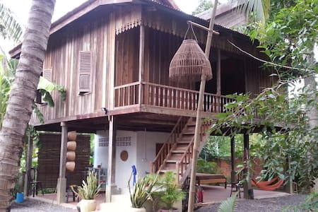 Lovely private room in wooden house - Krong Battambang - Pension