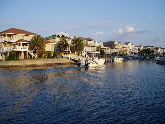 Charming Canal-Front Bungalow - Ocean Isle Beach - Bungalov
