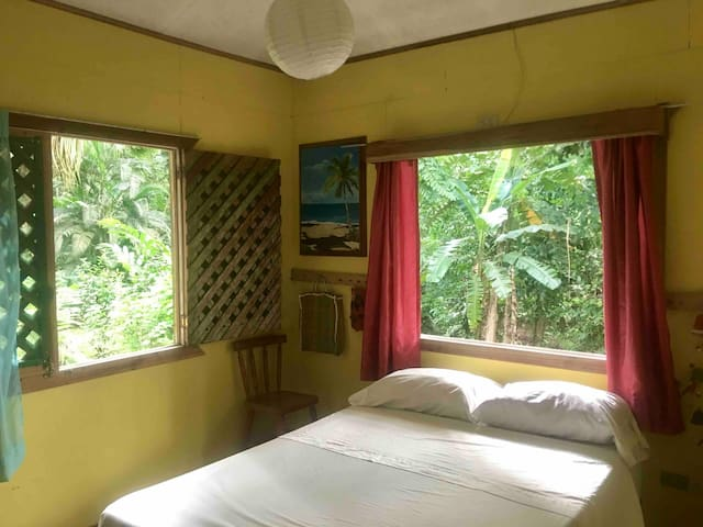 ★Amarillo Room in Jungle Cabin ★ Playa Cocles