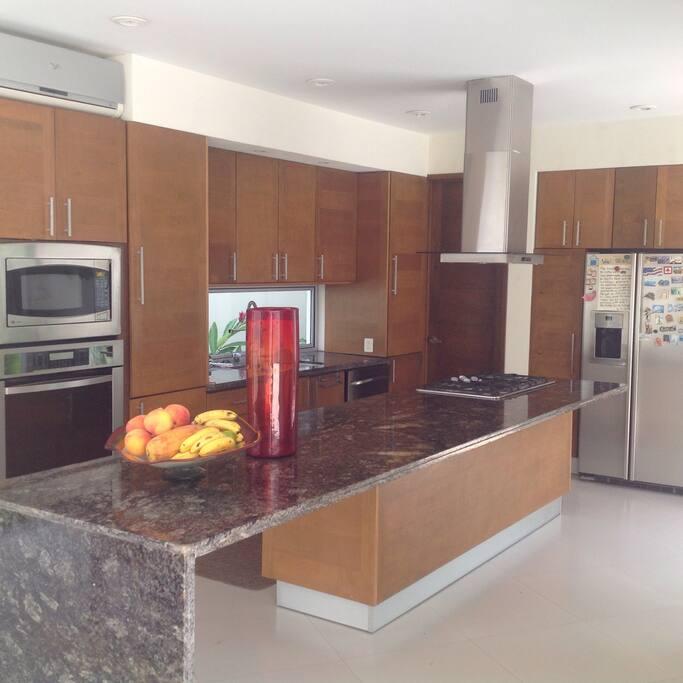 Moderna cocina; uso de microondas y refrigerador...