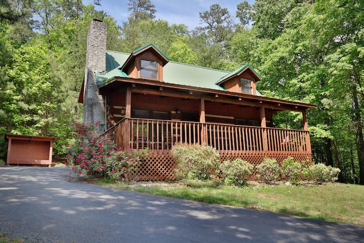 Bear Trails is the perfect 2br cabin that sleeps 6 comfortably.