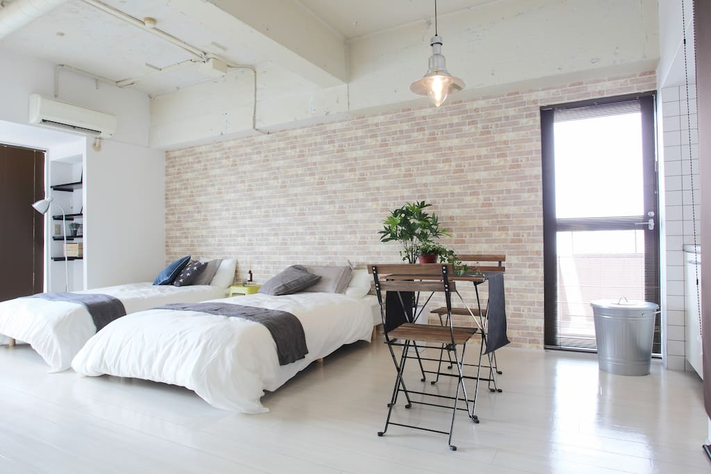 【Bedroom】Two semi-double beds, three semi-double futons, a tv, a dining table, three chairs and a coffee table