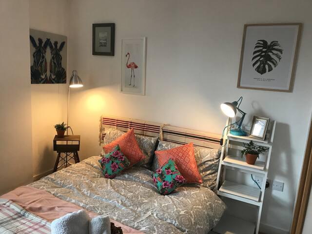 Cosy double bedroom, private bath, NQ/city centre