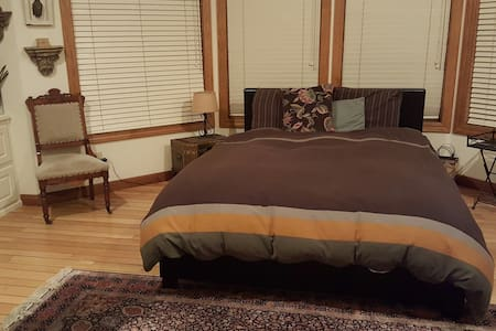 within 6 miles of SuperBowl Stadium - Bed & Breakfast