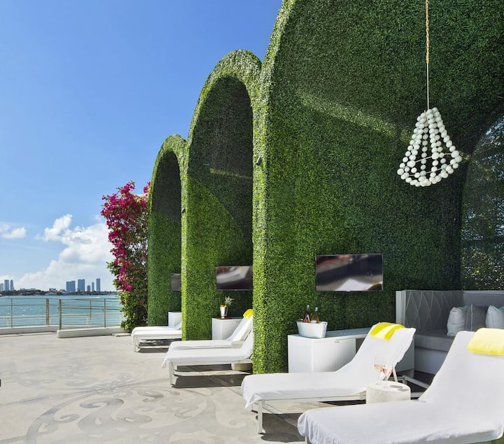 1100 West Deluxe Suite 1 Bedroom Balcony  14L11