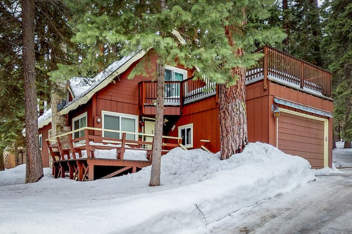 Charming, dog-friendly cabin w/ a gas fireplace close to skiing, hiking, & lake