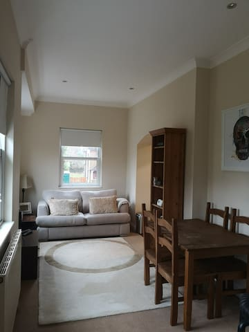 Fab flat ( Very close to Gatwick Airport )