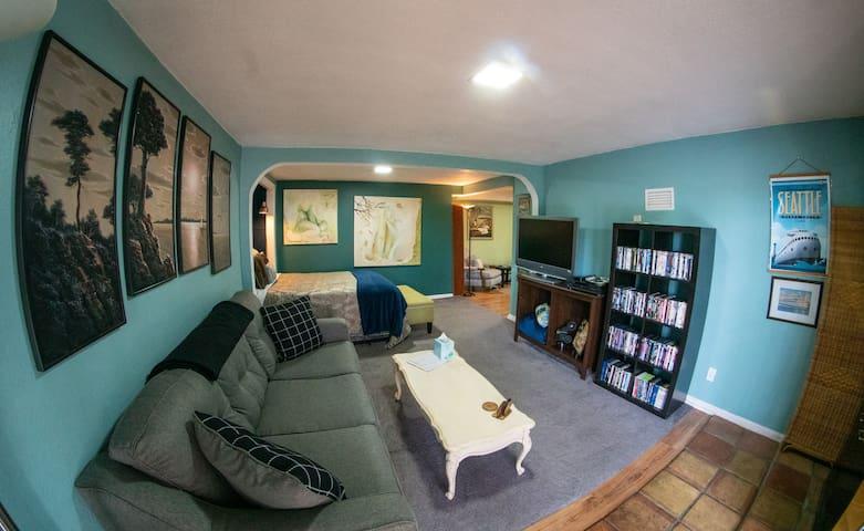 The Kalakala. One Suite (& Cozy) Studio Apartment!