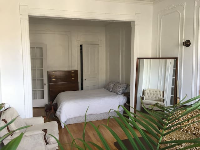 Large bedroom in the heart of Plateau Mont-Royal!!