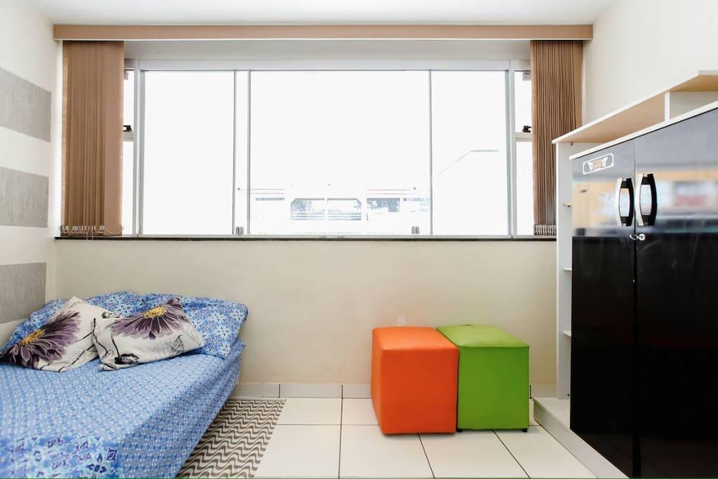 Quarto/Sala: uma cama baixa solteirão, dois pufes, duas cômodas. Não temos WIFI.