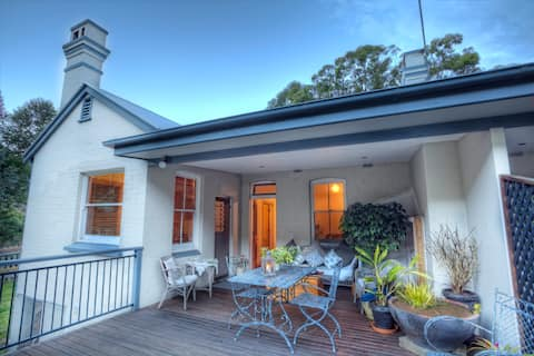 Otford Cottage for Two, 1 Queen Bed, Large Deck!