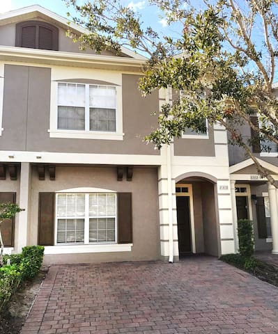 1700 Sqft 5br/3ba townhouse with 3 parkings