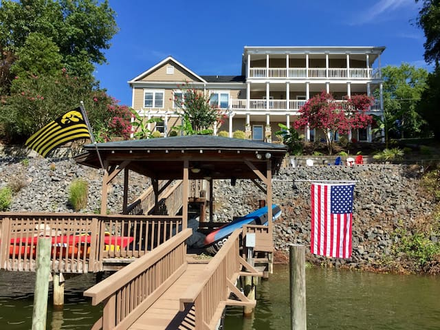 Idyllic setting on Lake Wylie!  Private entrance!