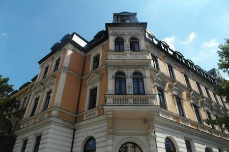 30qm Zimmer mit Erker/Küche Altbau - Halle (Saale) - Huoneisto