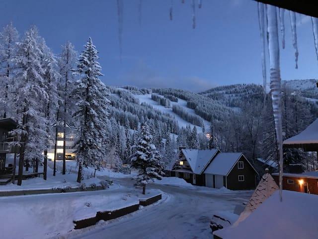 1226 sq/ft Ski Condo on Whitefish Mountain!
